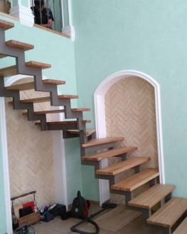 Лестница на ломанных косоурах